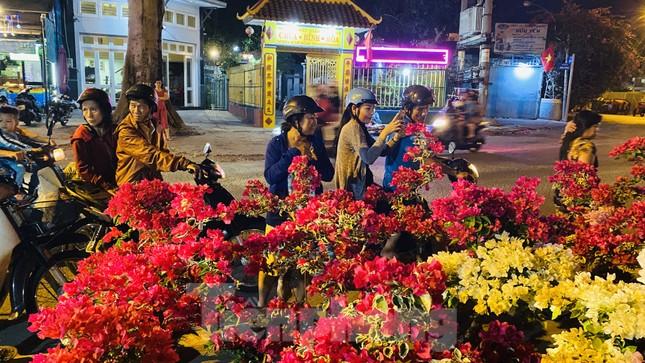 Chợ hoa 'trên bến dưới thuyền' nhộn nhịp về đêm ảnh 2