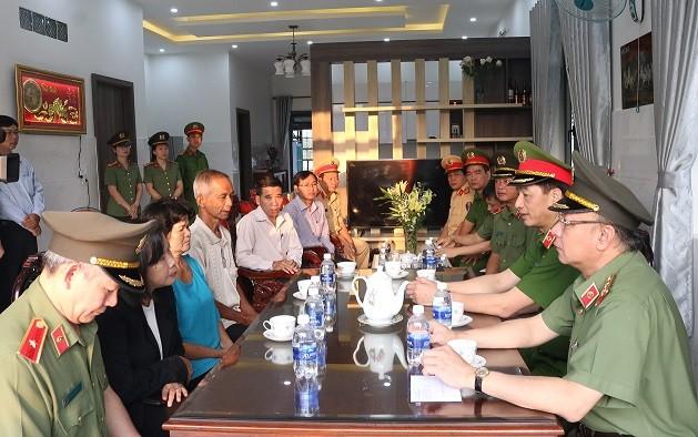 Thứ trưởng Bộ Công an thăm gia đình cán bộ CSGT hy sinh khi làm nhiệm vụ ảnh 2