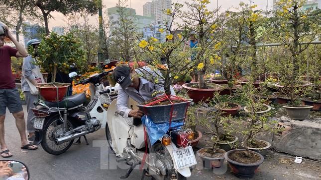 Người Sài Gòn đổ xô đi mua hoa, đường sá kẹt cứng vào cuối ngày ảnh 10