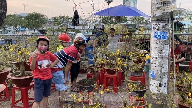 Người Sài Gòn đổ xô đi mua hoa, đường sá kẹt cứng vào cuối ngày ảnh 11