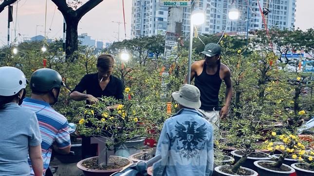 Người Sài Gòn đổ xô đi mua hoa, đường sá kẹt cứng vào cuối ngày ảnh 13