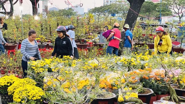 Người Sài Gòn đổ xô đi mua hoa, đường sá kẹt cứng vào cuối ngày ảnh 14