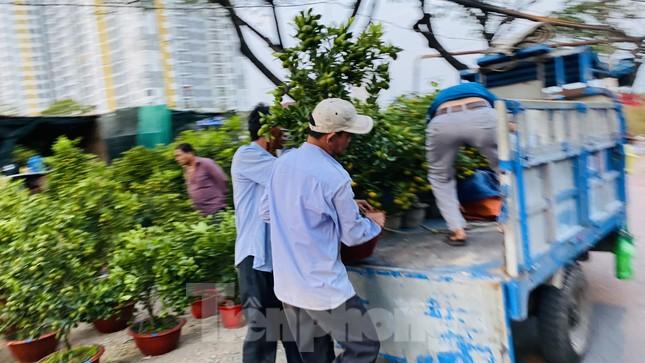 Người Sài Gòn đổ xô đi mua hoa, đường sá kẹt cứng vào cuối ngày ảnh 15