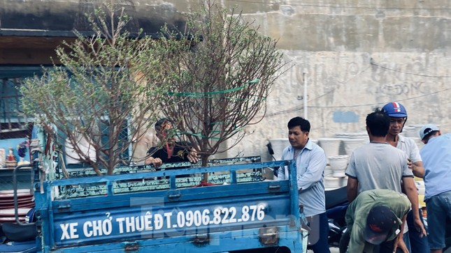 Người Sài Gòn đổ xô đi mua hoa, đường sá kẹt cứng vào cuối ngày ảnh 16