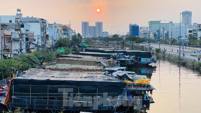 Người Sài Gòn đổ xô đi mua hoa, đường sá kẹt cứng vào cuối ngày ảnh 17