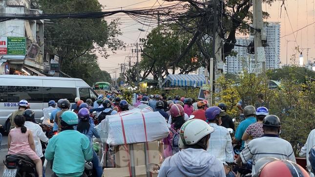 Người Sài Gòn đổ xô đi mua hoa, đường sá kẹt cứng vào cuối ngày ảnh 1