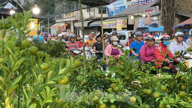 Người Sài Gòn đổ xô đi mua hoa, đường sá kẹt cứng vào cuối ngày ảnh 3
