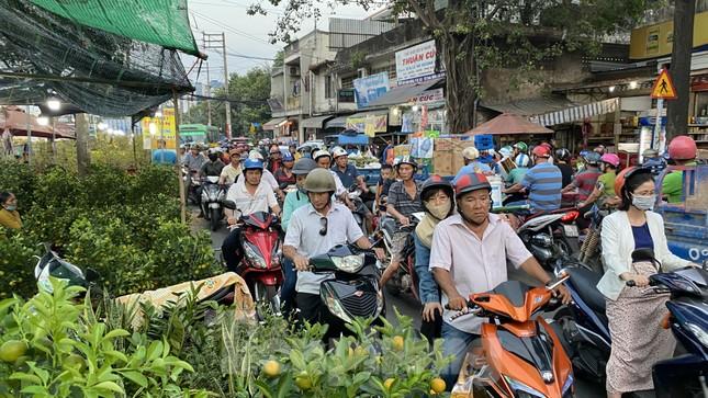 Người Sài Gòn đổ xô đi mua hoa, đường sá kẹt cứng vào cuối ngày ảnh 4