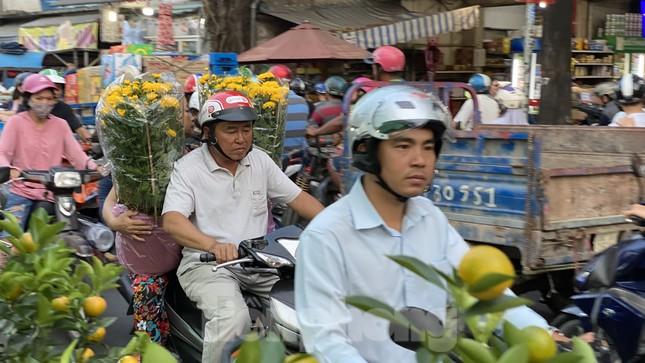 Người Sài Gòn đổ xô đi mua hoa, đường sá kẹt cứng vào cuối ngày ảnh 5