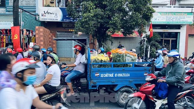 Người Sài Gòn đổ xô đi mua hoa, đường sá kẹt cứng vào cuối ngày ảnh 6
