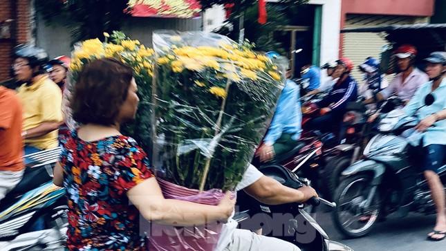 Người Sài Gòn đổ xô đi mua hoa, đường sá kẹt cứng vào cuối ngày ảnh 7