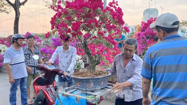 Người Sài Gòn đổ xô đi mua hoa, đường sá kẹt cứng vào cuối ngày ảnh 8