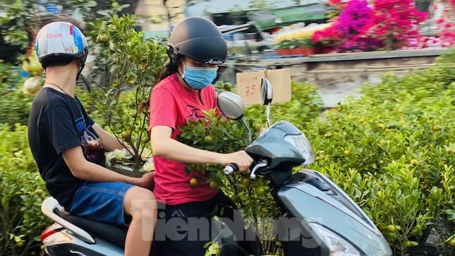 Người Sài Gòn đổ xô đi mua hoa, đường sá kẹt cứng vào cuối ngày ảnh 9