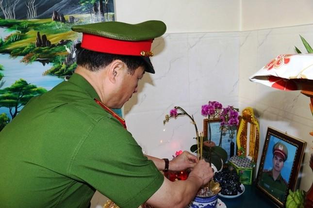Thứ trưởng Bộ Công an thăm gia đình cán bộ CSGT hy sinh khi làm nhiệm vụ ảnh 1