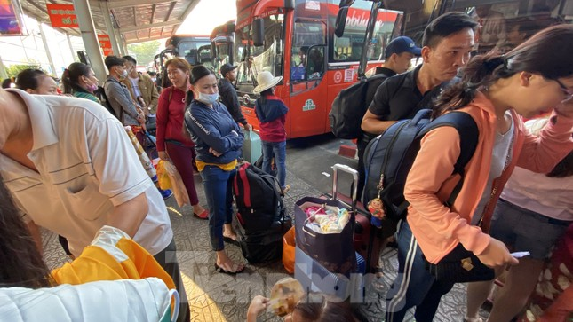 Người dân miền Tây ùn ùn rời Sài Gòn về quê ăn Tết ảnh 10