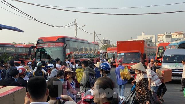 Người dân miền Tây ùn ùn rời Sài Gòn về quê ăn Tết ảnh 11