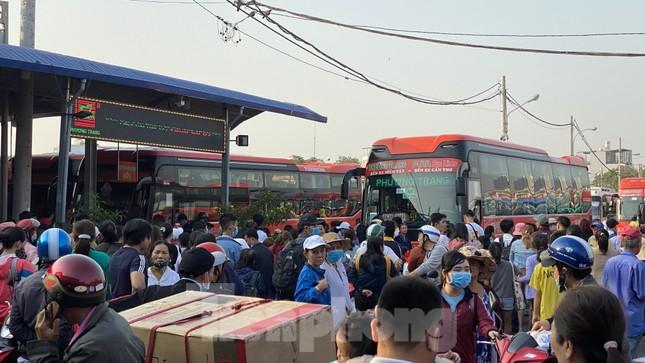 Người dân miền Tây ùn ùn rời Sài Gòn về quê ăn Tết ảnh 12
