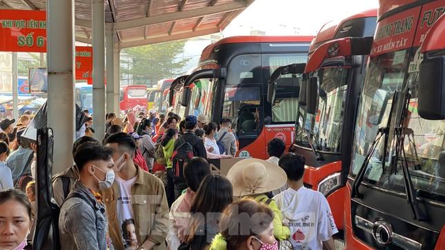Người dân miền Tây ùn ùn rời Sài Gòn về quê ăn Tết ảnh 13