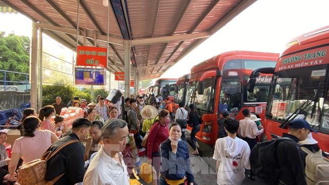 Người dân miền Tây ùn ùn rời Sài Gòn về quê ăn Tết ảnh 14