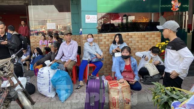 Người dân miền Tây ùn ùn rời Sài Gòn về quê ăn Tết ảnh 1