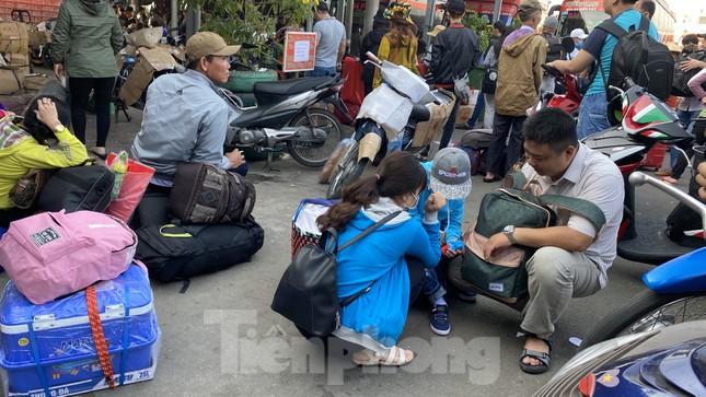 Người dân miền Tây ùn ùn rời Sài Gòn về quê ăn Tết ảnh 2