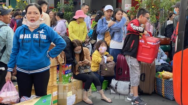 Người dân miền Tây ùn ùn rời Sài Gòn về quê ăn Tết ảnh 4