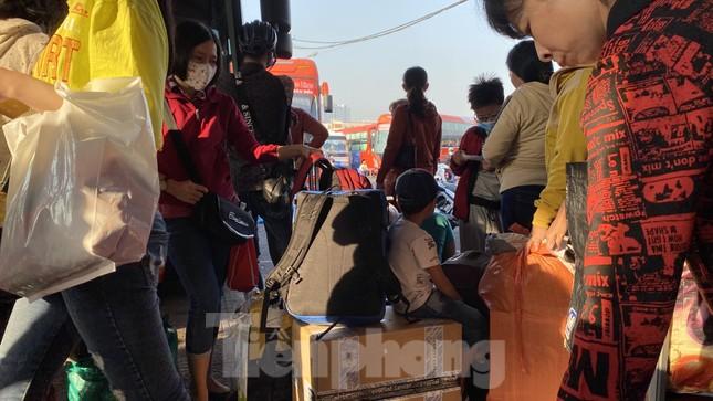 Người dân miền Tây ùn ùn rời Sài Gòn về quê ăn Tết ảnh 6