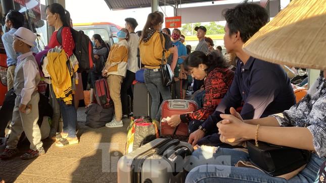 Người dân miền Tây ùn ùn rời Sài Gòn về quê ăn Tết ảnh 7