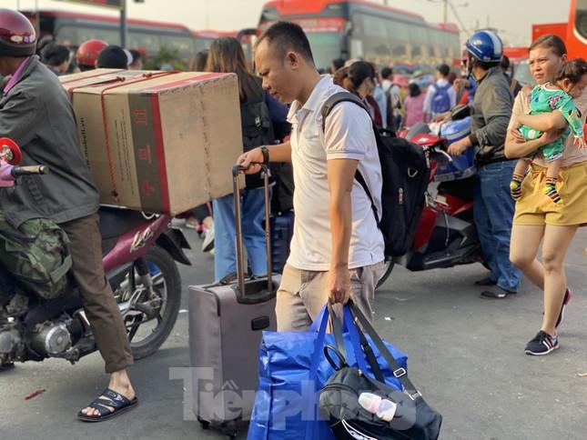 Người dân miền Tây ùn ùn rời Sài Gòn về quê ăn Tết ảnh 8