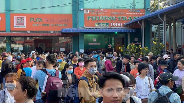 Người dân miền Tây ùn ùn rời Sài Gòn về quê ăn Tết ảnh 9