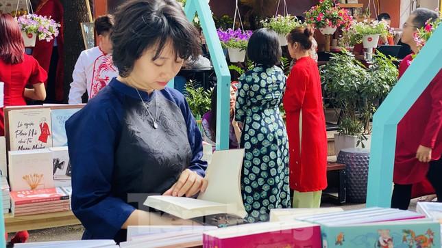 Nghỉ Tết, người Sài Gòn háo hức đến đường sách ảnh 9
