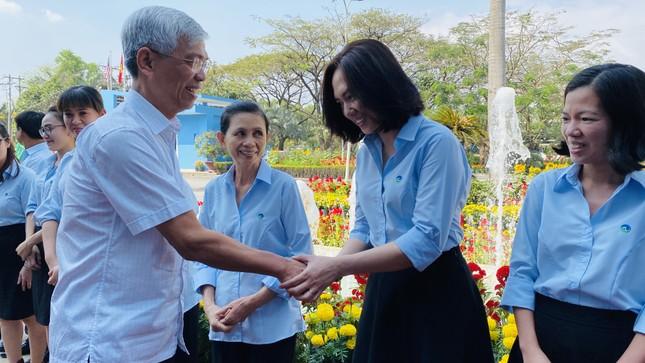 Lãnh đạo UBND TPHCM thăm, chúc tết công nhân xử lý rác ảnh 1