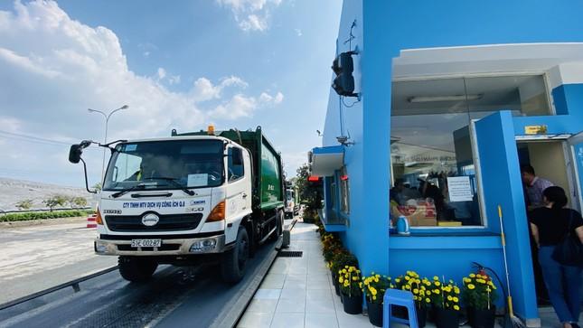 Lãnh đạo UBND TPHCM thăm, chúc tết công nhân xử lý rác ảnh 6