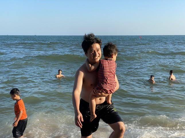 Bãi biển Phan Thiết chật kín người ngày mùng 4 Tết ảnh 9