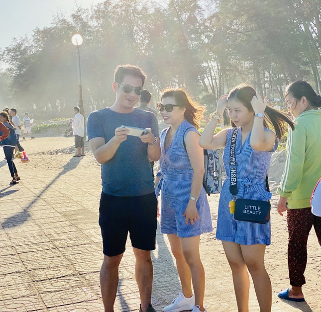 Bãi biển Phan Thiết chật kín người ngày mùng 4 Tết ảnh 6