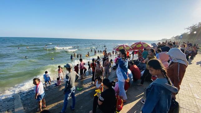 Bãi biển Phan Thiết chật kín người ngày mùng 4 Tết ảnh 3