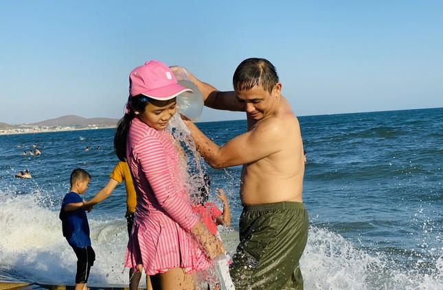 Bãi biển Phan Thiết chật kín người ngày mùng 4 Tết ảnh 10