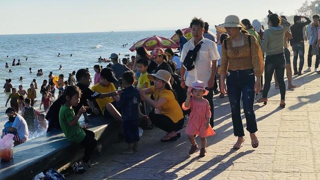 Bãi biển Phan Thiết chật kín người ngày mùng 4 Tết ảnh 4