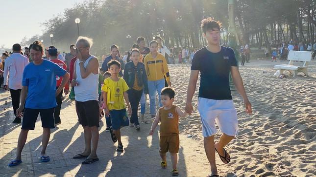 Bãi biển Phan Thiết chật kín người ngày mùng 4 Tết ảnh 7