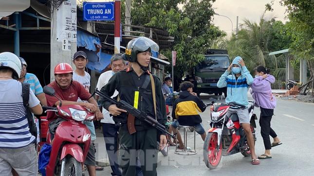 Người dân bất chấp nguy hiểm tụ tập xem cảnh sát vây kẻ nổ súng giết 4 người ảnh 3