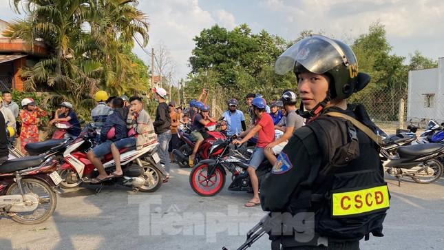 Người dân bất chấp nguy hiểm tụ tập xem cảnh sát vây kẻ nổ súng giết 4 người ảnh 6
