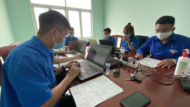 Áo xanh nơi tuyến đầu chống dịch Covid-19 ảnh 2