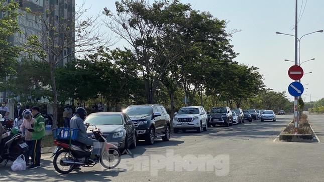 Xếp hàng chờ tiếp tế ở khu cách ly KTX ĐH Quốc gia TPHCM ảnh 2