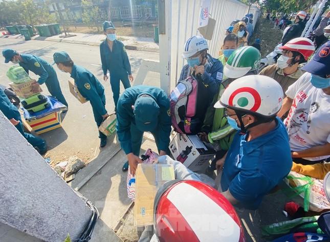 Dưới nắng nóng, lực lượng vũ trang tiếp sức người dân chuyển đồ vào khu cách ly ảnh 12