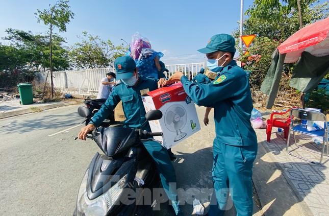 Dưới nắng nóng, lực lượng vũ trang tiếp sức người dân chuyển đồ vào khu cách ly ảnh 9