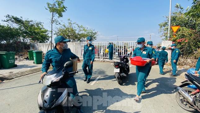 Dưới nắng nóng, lực lượng vũ trang tiếp sức người dân chuyển đồ vào khu cách ly ảnh 5