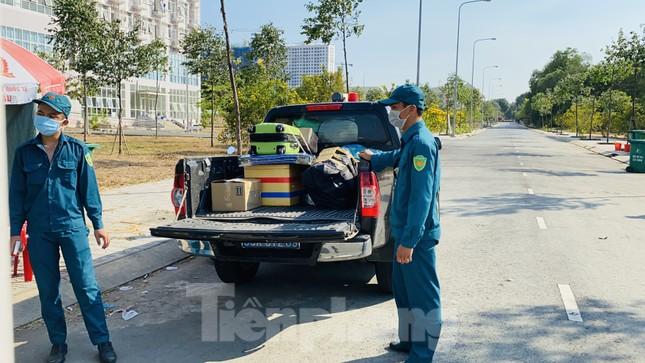 Dưới nắng nóng, lực lượng vũ trang tiếp sức người dân chuyển đồ vào khu cách ly ảnh 10