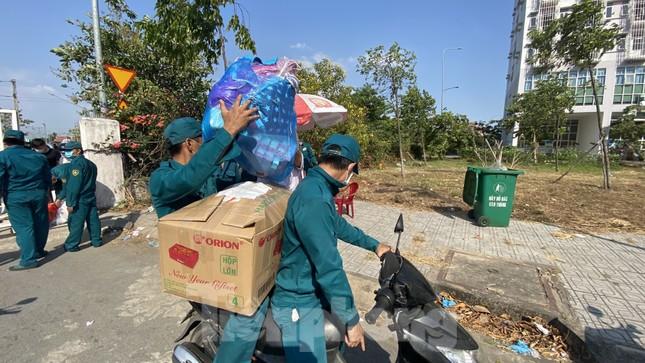 Dưới nắng nóng, lực lượng vũ trang tiếp sức người dân chuyển đồ vào khu cách ly ảnh 6