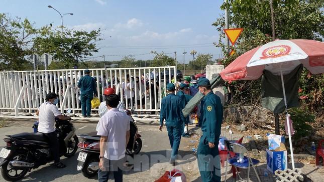 Dưới nắng nóng, lực lượng vũ trang tiếp sức người dân chuyển đồ vào khu cách ly ảnh 11