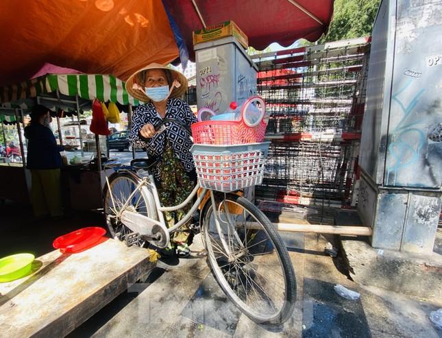Phố hàng rong Sài Gòn 'bám trụ' giữa mùa dịch Covid-19 ảnh 3